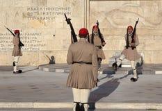 ATENE, GRECIA - 5 MAGGIO 2016: Foto della guardia di onore alla costruzione del Parlamento Immagini Stock