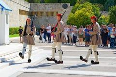Atene, Grecia - 6 ottobre 2014 il cambiamento della guardia davanti alla costruzione greca del Parlamento a Atene fotografia stock libera da diritti