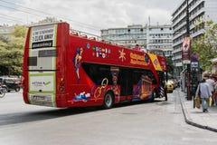 ATENE, GRECIA 23 SETTEMBRE 2016: Autobus a due piani facente un giro turistico turistico rosso a Atene, Grecia immagine stock