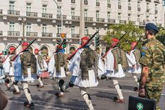 ATENE, GRECIA - 16 SETTEMBRE 2018: Il Evzones - unità storica dell'elite dell'esercito greco che custodice la tomba greca del immagine stock
