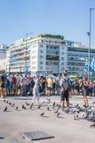 ATENE, GRECIA - 16 SETTEMBRE 2018: Pose del ragazzino con i piccioni e le belle donne che sorridono a lui al Parlamento greco immagini stock libere da diritti