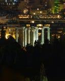 Atene Grecia, vista di notte delle rovine del tempio di Zeus di olimpionico Fotografie Stock Libere da Diritti