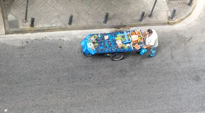 Atene la Grecia 17 agosto 2018: Uomo che spinge il carretto della frutta sulla via fotografia stock