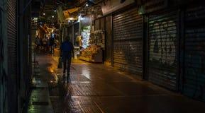 Atene la Grecia 16 giugno 2018: Uomo che cammina giù la via come fotografia stock libera da diritti