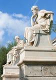 Atene - la statua di Platone davanti alla costruzione nazionale dell'accademia immagini stock