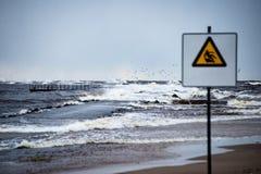 A atenção assina perto do mar com clima de tempestade Foto de Stock