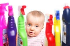 Atenção: O bebê quer jogar com líquido de limpeza Fotos de Stock