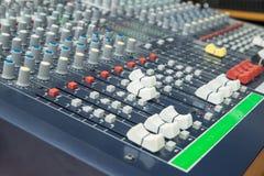 Atenuador y botones de mezcla del tablero del mezclador audio Foco selectivo Imagen de archivo
