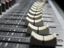 Atenuadores en el escritorio de mezcla Imagen de archivo