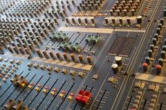 Atenuadores y botones en mezclador musical profesional Foto de archivo