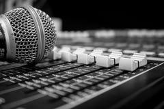 Atenuadores y micrófono de mezcla audios de la consola fotografía de archivo libre de regalías
