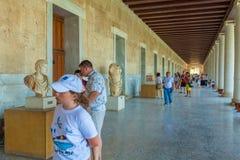 ATENY GRECJA, CZERWIEC, - 08, 2009: Turyści pokazuje grecką rzeźbę Obraz Stock