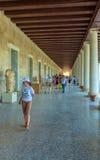 ATENY GRECJA, CZERWIEC, - 08, 2009: Turyści pokazuje grecką rzeźbę Zdjęcia Stock