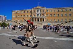 Ateny Grecja, Październik, - 06, 2014 odmienianie strażnik przed greckim parlamentu budynkiem w Ateny obraz stock