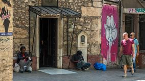 Ateny Grecja, Sierpień 17/, 2018: Dwa bezdomnego mężczyzna w Ateny obrazy stock