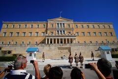 Ateny Grecja, turyści fotografuje odmienianie strażnik przed greckim parlamentu budynkiem wewnątrz, - Października 06, 2014 zdjęcia stock