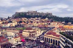 Ateny, Grecja, 03 03 2018: Widok Ateny miasto z Lycabettus wzgórzem w tle widok Ateny miasto z Plaka neighborhoo Fotografia Stock