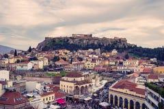 Ateny, Grecja, 03 03 2018: Widok Ateny miasto z Lycabettus wzgórzem w tle widok Ateny miasto z Plaka neighborhoo Obraz Stock