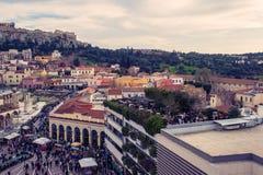 Ateny, Grecja, 03 03 2018: Widok Ateny miasto z Lycabettus wzgórzem w tle widok Ateny miasto z Plaka neighborhoo Zdjęcie Stock
