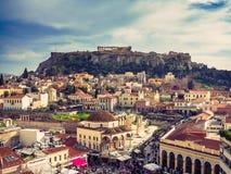 Ateny, Grecja, 03 03 2018: Widok Ateny miasto z Lycabettus wzgórzem w tle widok Ateny miasto z Plaka neighborhoo Zdjęcia Stock