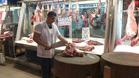 ATENY, GRECJA WRZESIEŃ, 16, 2016: dwa masarek awaria w różnorodnych cięcia mięso przy Athens środkowym rynkiem ścierwo zbiory wideo