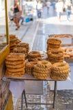 ATENY GRECJA, WRZESIEŃ, - 16, 2018: Greccy bagels przy Ermou ulicą w Ateny zdjęcia royalty free