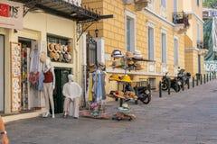 ATENY GRECJA, WRZESIEŃ, - 16, 2018: Monastiraki pchli targ Prezentów sklepy w Plaka, Ateny obrazy royalty free