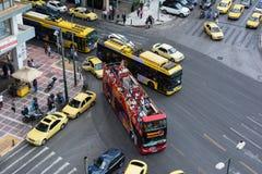 ATENY, GRECJA WRZESIEŃ 22, 2016: Odgórny widok ruchliwa ulica ruch drogowy w Ateny, Grecja Ateny jest stolicą Grecja Zdjęcie Stock