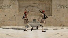 ATENY, GRECJA WRZESIEŃ, 16, 2016: strażnicy przechodzi przy grobowem niewiadomy żołnierz blisko greckiego parlamentu zdjęcie wideo