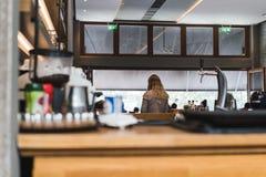 ATENY GRECJA, WRZESIEŃ, - 17, 2018: Widok wnętrze restauracja w Ateny zdjęcie stock