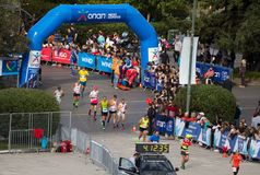 Ateny Maratońscy biegacze blisko mety zdjęcie stock