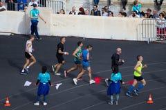 Ateny Maratońscy biegacze wśrodku Panathenaic stadium zdjęcie stock