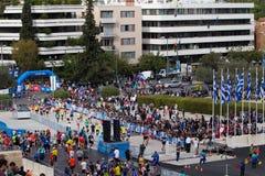 Ateny Maratońscy biegacze wchodzić do Panathenaic stadium fotografia royalty free