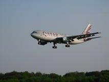 Aterragem das vias aéreas de Qatar Fotografia de Stock Royalty Free
