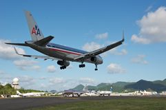 Aterragem de American Airlines Boeing 757 fotografia de stock