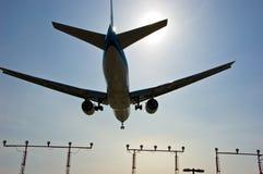 Aterragem de avião do avião de passageiros do jato Imagens de Stock