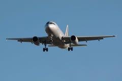 Aterragem de avião do jato Fotografia de Stock