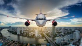 Aterragem de avião do passageiro na pista de decolagem no aeroporto Imagens de Stock