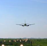 Aterragem de avião no aeroporto Fotografia de Stock