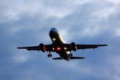 Aterragem de aviões do passageiro Fotos de Stock