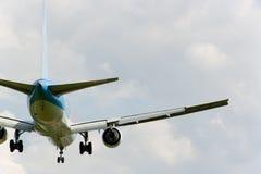 Aterragem do avião de passagem Fotografia de Stock Royalty Free