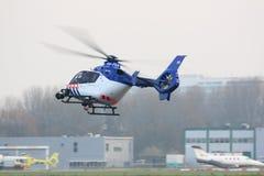 Aterragem holandesa do helicóptero da polícia Foto de Stock