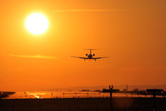 Aterragem no por do sol Imagens de Stock