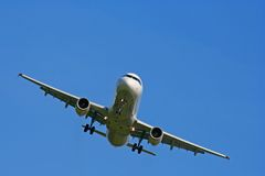 Aterragem ou descolagem de avião Imagem de Stock Royalty Free