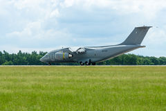 Aterrando um avião militar Antonov An-178 do transporte Imagens de Stock Royalty Free