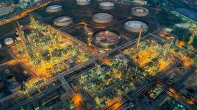Aterrice el scape de la planta de la refinería de petróleo de la vista de pájaro el noche fotografía de archivo