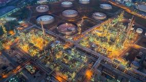 Aterrice el scape de la planta de la refinería de petróleo de la vista de pájaro el noche imagenes de archivo
