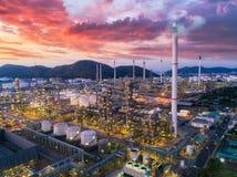 Aterrice el scape de la planta de la refinería de petróleo de la vista de pájaro el noche imagen de archivo