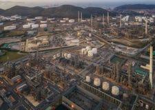 Aterrice el scape de la planta de la refinería de petróleo de la vista de pájaro el noche fotografía de archivo libre de regalías