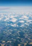 Aterrice la masa vista desde arriba, a través de las nubes Fotos de archivo libres de regalías